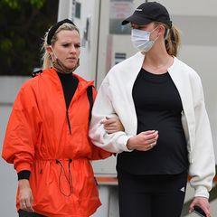 Selbst mit dem schlankzaubernden schwarzen Sport-Look kann Karlie Kloss ihren wachsenden Babybauch nicht mehr verstecken. Erst im November hat das Topmodel ihre Schwangerschaft bekannt gegeben, seitdem hat sich einiges getan.