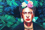 """Als ich ungefähr zwölfJahre alt war, habe ich mal den Film """"Frida"""" mit Salma Hayek in der Hauptrolle gesehen. Seitdem hat mich die Biografie der mexikanischen Künstlerin Frida Kahlo nicht mehr losgelassen und tief bewegt. Ja, ich würde sogar sagen, dass sie irgendwie auch zu einer Art Role Model für mich geworden ist: Ihre Stärke, trotz aller körperlichen Beschwerden nach dem Unfall immer weiterzumachen und für sich und ihre Malerei einzutreten, ihre Persönlichkeit, ihr Mut und ihre Leidenschaft für alles, was sie liebte, macht sie für mich zu einer wirklich beeindruckenden Frau!  Claudia, SEO-Redakteurin"""