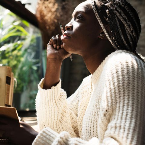 Eine Frau schreibt Tagebuch und denkt nach
