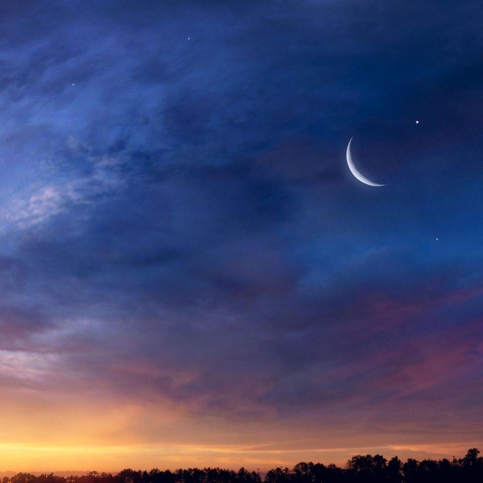 Horoskop: Ein langsam zunehmender Mond im Sonnenuntergang