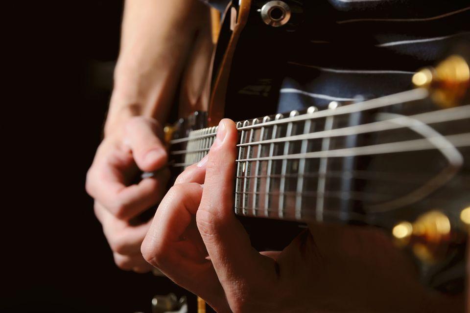 Tastsinn: Hände beim Gitarrespielen