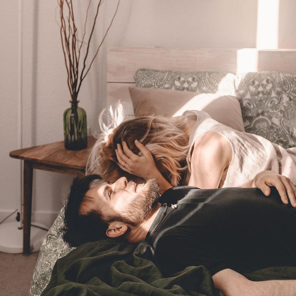 Sexlose Beziehung: Paar liegt auf Bett