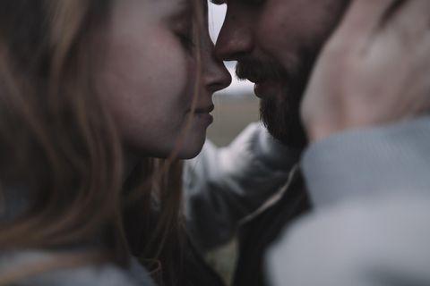 Gefühlsblindheit: Mann und Frau stehen nah voreinander