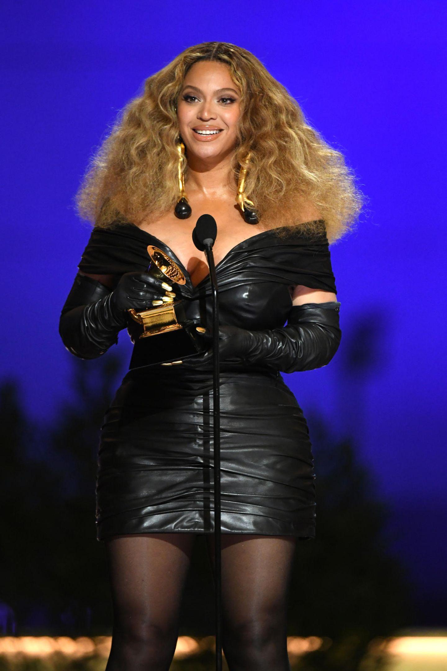 Beyoncé bekommt einen Grammy für die beste Performance. Mit ihrer 28. Auszeichnungist sie nun die Künstlerin, mit den meisten Grammys der Geschichte. Den Preis nimmt sie in diesem tollen Lederkleid vonSchiaparelli entgegen.