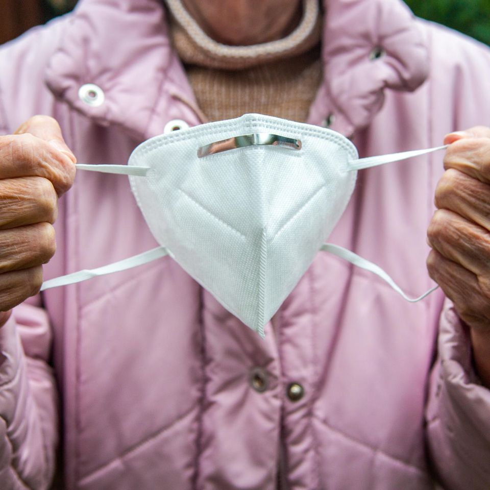 Rückruf: Eine alte Frau mit FFP2-Maske