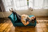 Bester Freund der Frau: Frau legt auch Sofa mit Hund