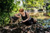 Bester Freund der Frau: Frau mit Hund am Fluss