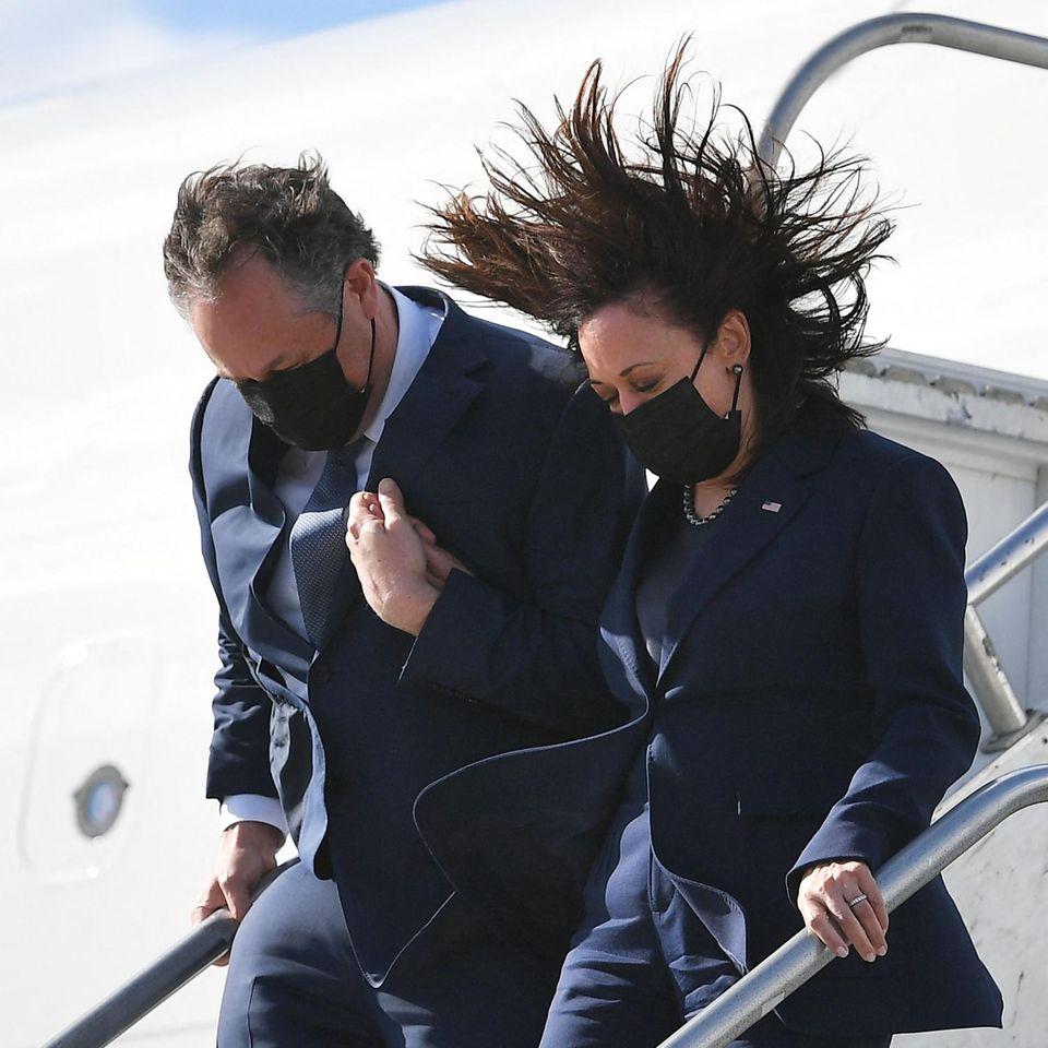Huch, also so hatte sich Kamala Harris ihre Landung in Los Angeles bestimmt nicht vorgestellt. In einem dunkelblauen Zweiteiler gekleidet, verlässt die Vizepräsidentin ihren Jet und wird direkt von einer Windböe gepackt. Zum Glück ist ihr Ehemann direkt an ihrer Seite um sie zu stützen. Was für ein witziges Foto!