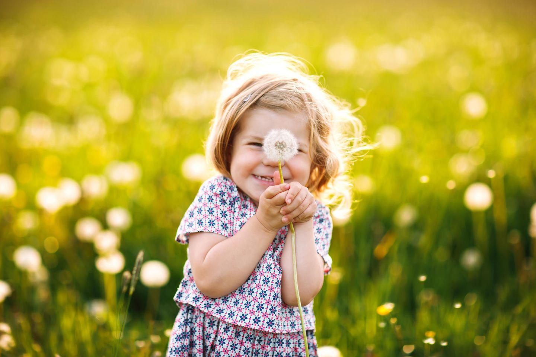 Babynamen: Kind mit Pusteblume
