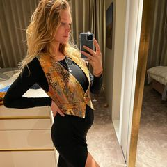 Model Toni Garrn ist schon im sechsten Monat schwanger, allerdings ließ sie die Baby-Bombe erste Ende Februar platzen. Nun postet sie das erste Babybauch-Selfie. Unter der gemusterten Weste ist der Bauch deutlich zu sehen. Wie schöööön!