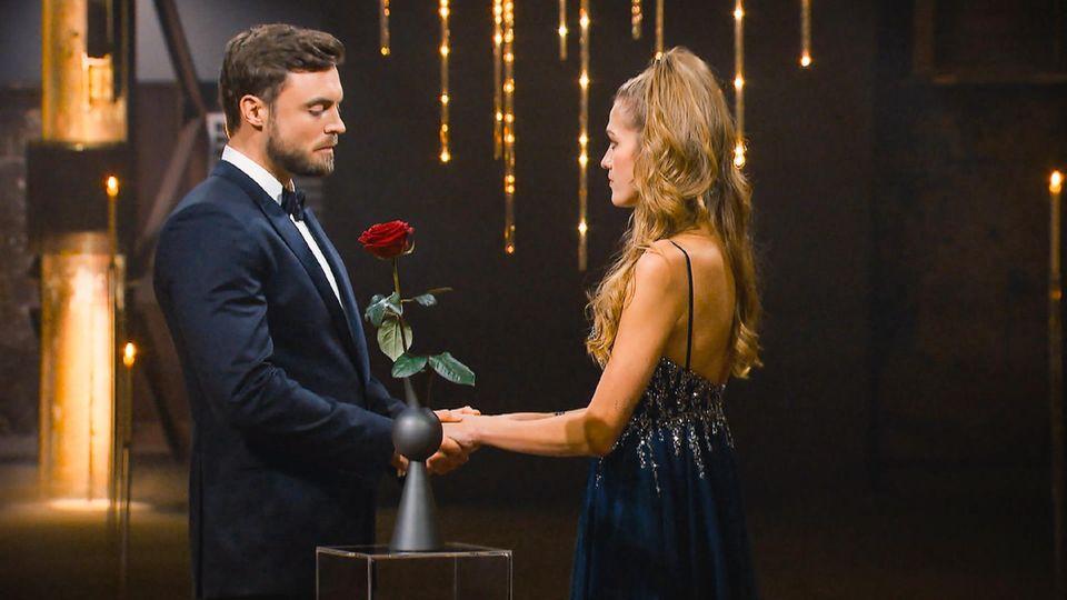 Bachelor+Bachelorette: Niko überreicht Rose