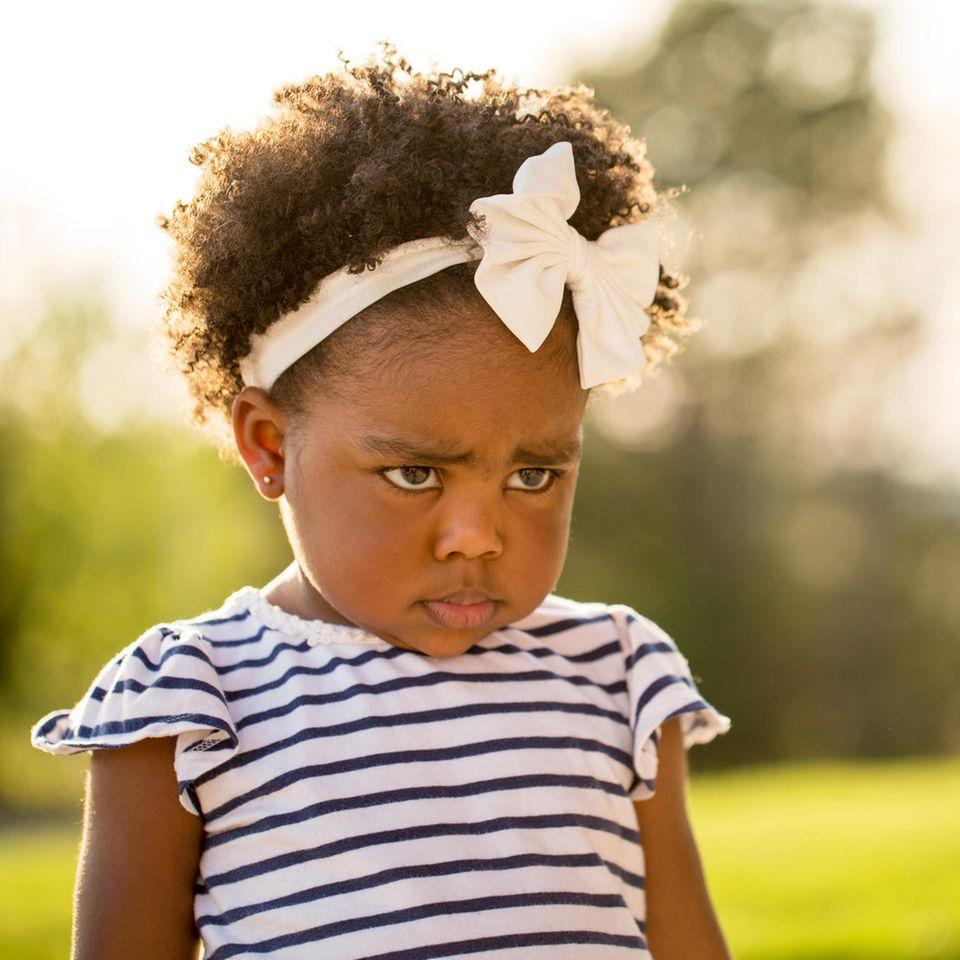Kind motzt ständig: Bockiges Kind mit Schleife