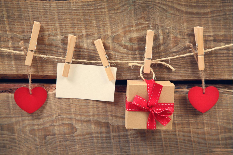Geschenk für Hebamme: Geschenke und Herzen an einer Leine