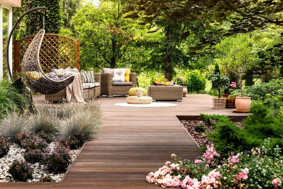 Gartentrends 2021: Naturgarten, Terrasse, Gartenmöbel, Hängeschaukel, Pflanzen und Blumen
