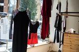Ausstellung: Kleidung auf Bügeln