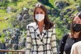 Königin Letiziagibt ihrem schwarzen Look bei einer Business-Preisverleihung ein elegantes Upgrade mit dem auffälligen Blazer von Uterqüe mit Hahnentrittmuster und betonten Schultern