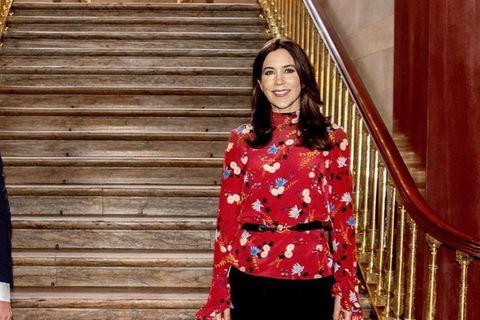 Wow, wie schön: Prinzessin Mary läutet mit diesem Look beim Besuch von Minister Mortensen den Frühling ein. Ihre verspielte Bluse von Erdem akzentuiert sie mit einem schmalen Gürtel, ihre Pumps sind von Jimmy Choo.
