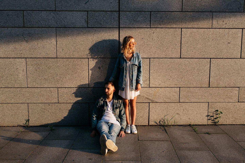 Trennung: Paar schaut in unterschiedliche Richtungen