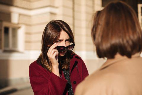 Psychologie: Eine Frau schaut eine andere Frau skeptisch an
