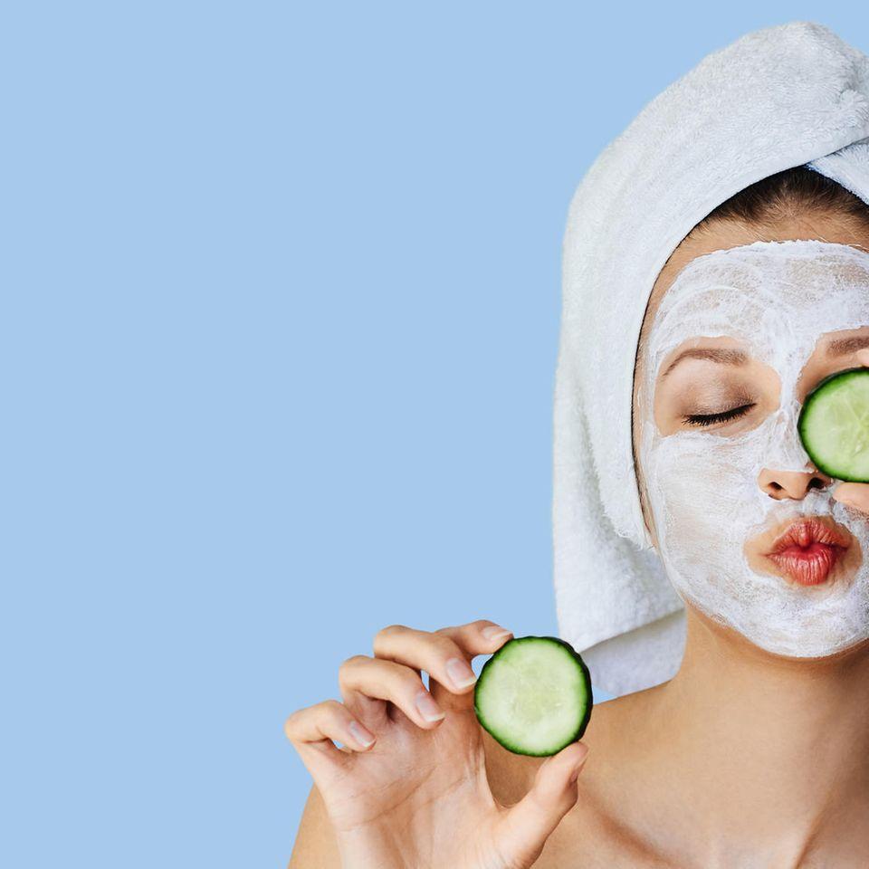 Augenmaske selber machen: Frau mit Gurkenscheiben