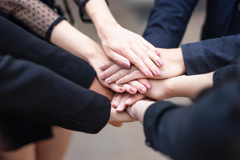 Gleiches Rechte für Eltern: Hände aufeinander