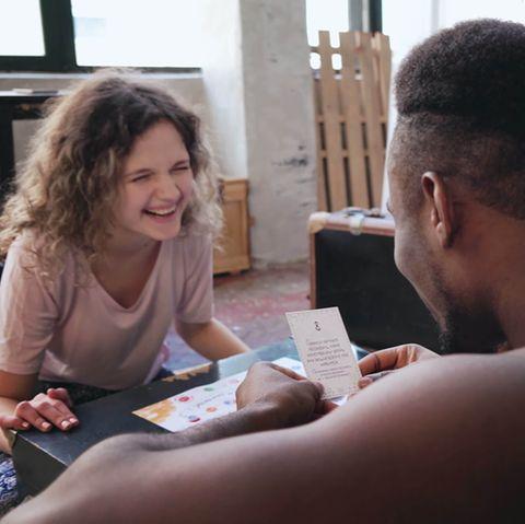 Spiele für Paare: Ein Paar spielt ein Spiel