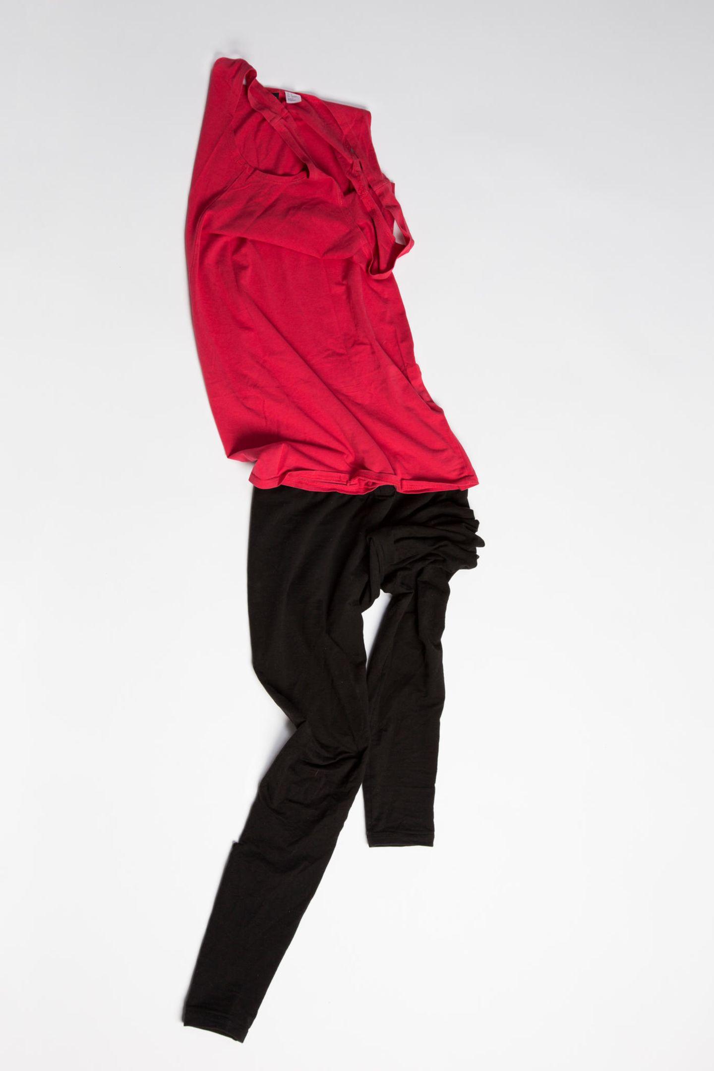 Ausstellung: rotes Oberteil und Hose