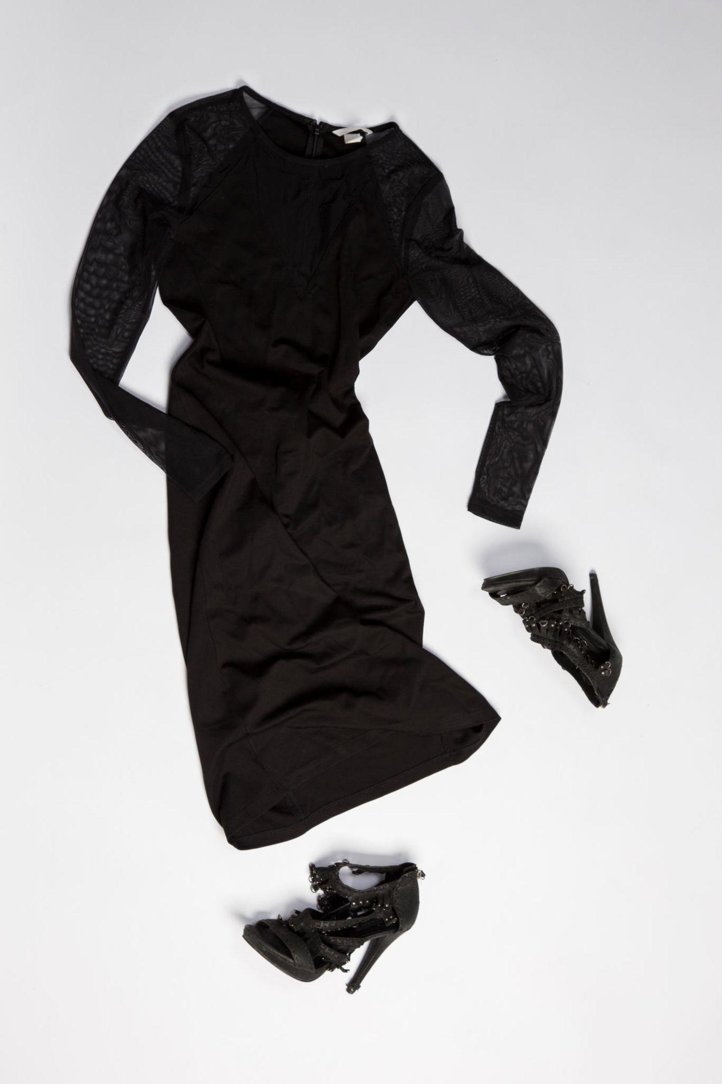 Ausstellung: schwarzes Kleid mit Schuhen