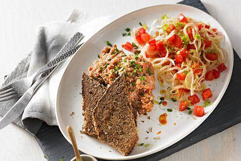 Beef-Tatar auf geröstetem Schwarzbro