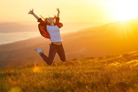 Frau freut sich Wegträumen
