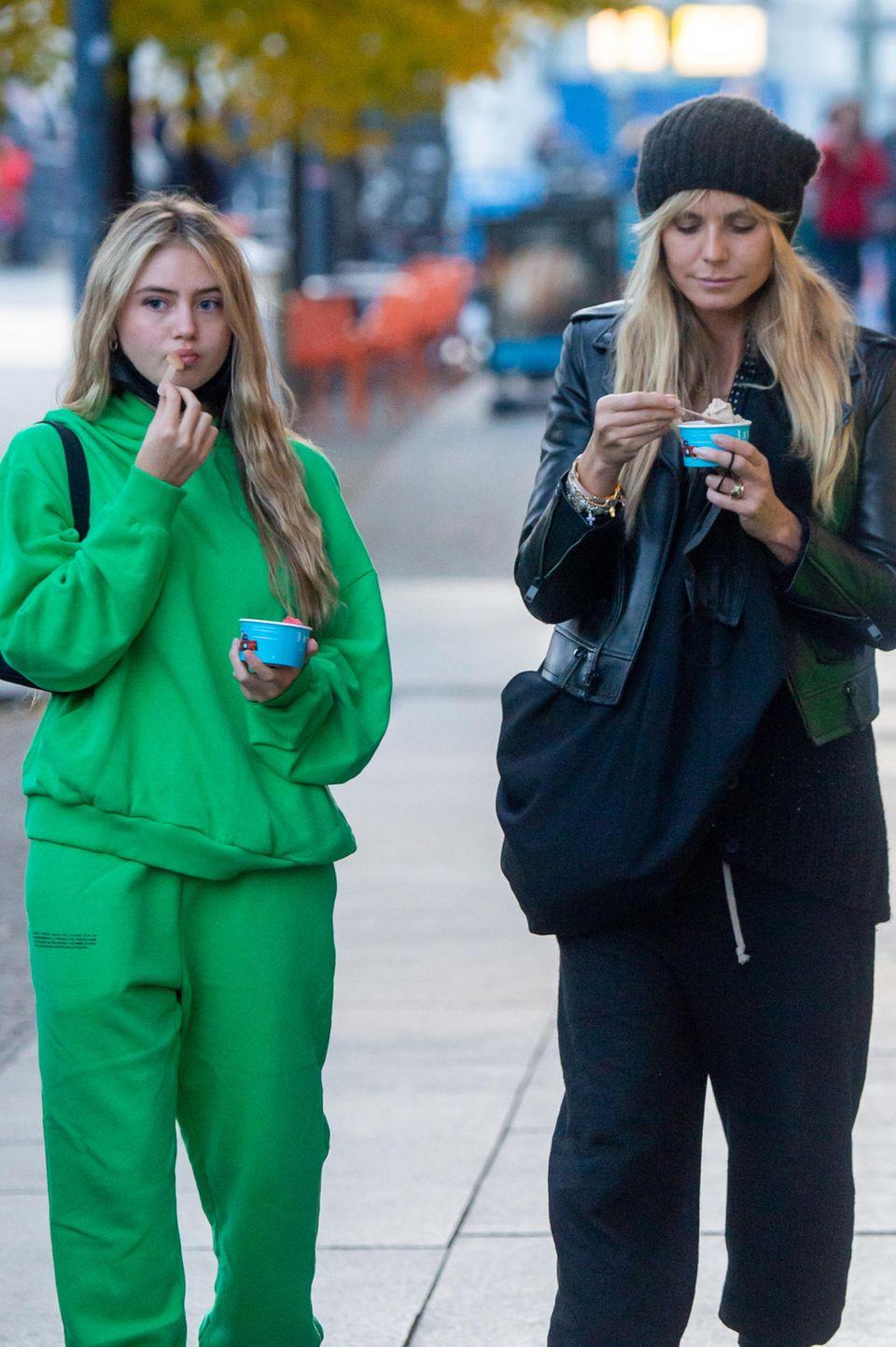 Leni und Heidi lieben Eis! Doch während die Tochter dieses lieber im knallig grünen Sweat-Set schleckt, trägt Heidi eine rockige Lederjacke und eine schwarze Beanie-Mütze.