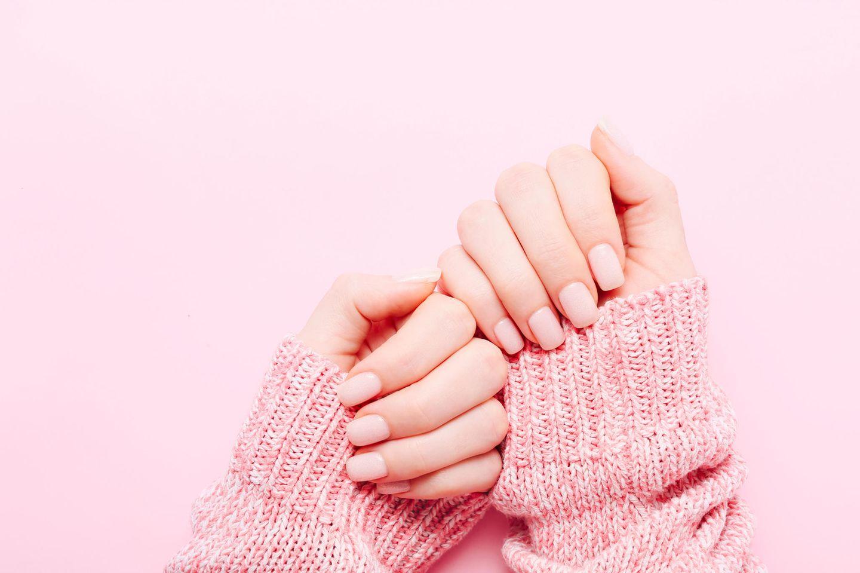 Velvet-Nails: So holt ihr die Trend-Maniküre zu euch nach Hause