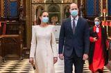 Dieser lange Mantel in Weiß erinnert uns an die royale Hochzeit von 2011, als Prinz William und Herzogin Kate sich hier in der Westminster Abbey das Ja-Wort gaben. Diesmal ist der Anlass ihres Besuches jedoch weniger festlich.