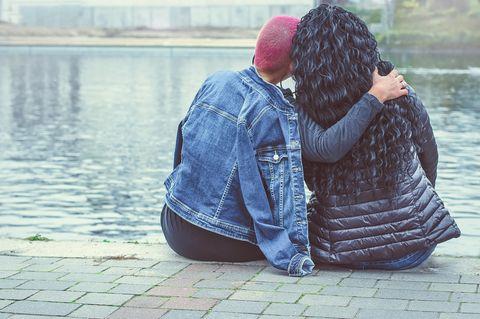 Horoskop: Zwei Frauen geben sich gegenseitig Halt