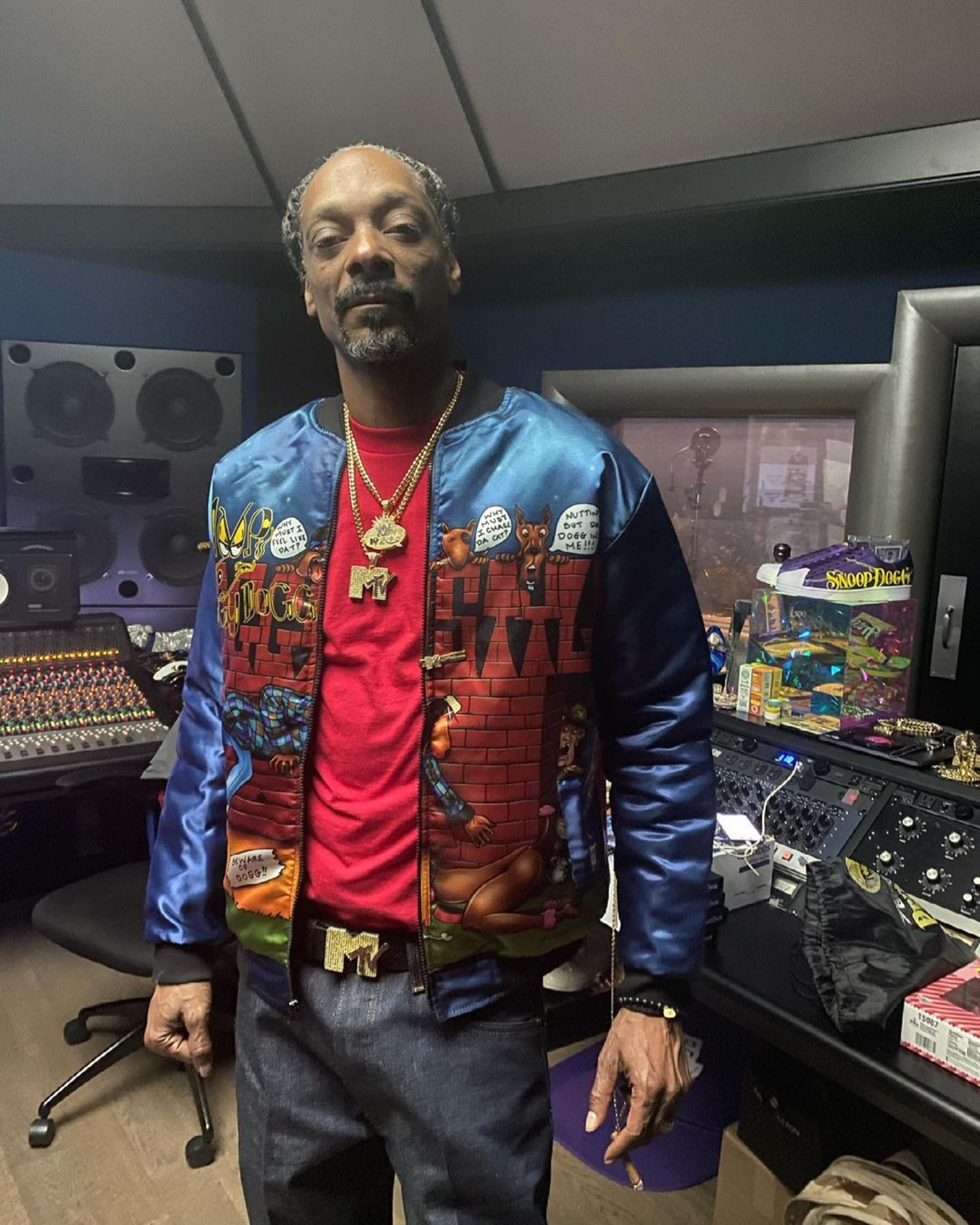 """Der Sänger Snoop Dogg schaut auf eine eindrucksvolle Musikkarierre zurück. Unzählige Top-Ten-Hits und ausverkaufte Tourneen – weltweit. Und auch heute noch macht der 49-Jährige Musik, wie dieser Schnappschuss aus seinem Tonstudio beweist. Eigentlich alles wie immer, oder? Nicht ganz. Die grauen Haare im Bart und auf dem Kopf verraten dann doch, dass seit Hits wie""""Still D.R.E"""" einige Jahre vergangen sind."""