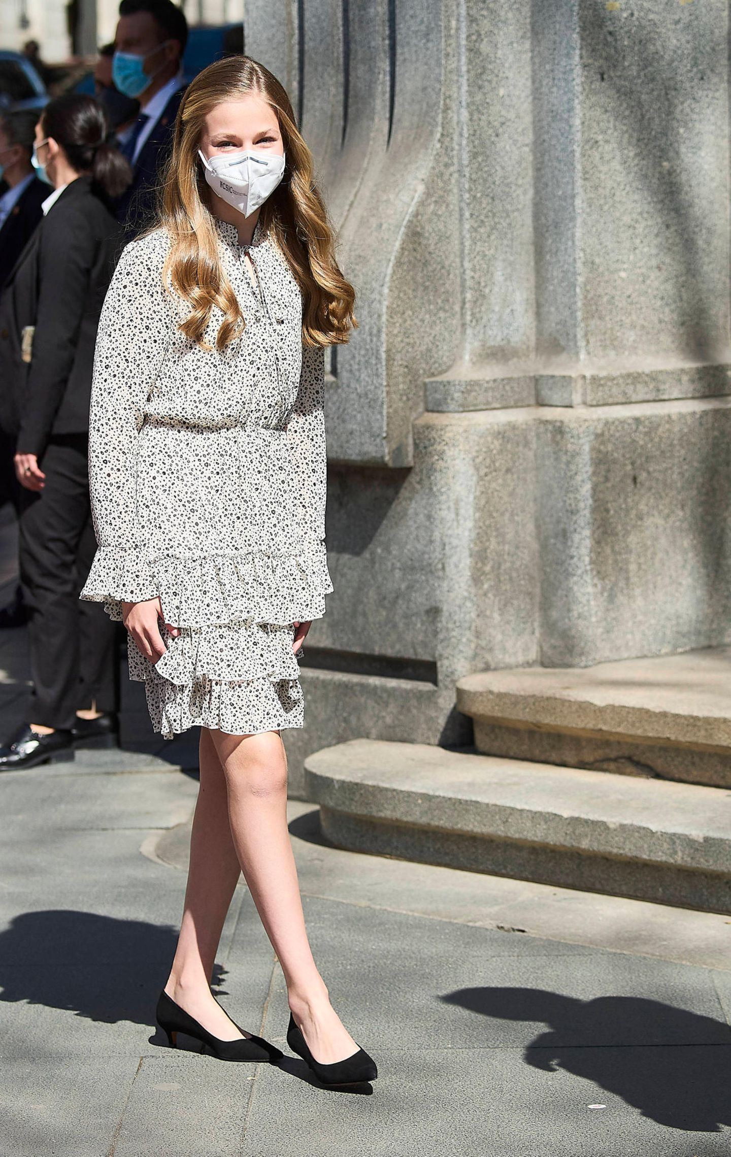 Ihrenersten Solo-Auftritt im Instituto Cervantes in Madrid meistert Prinzessin Leonor von Spanien nicht nur total souverän, sie beweist auch ein Händchen für Mode. Sie wählt ein süßes Kleid mit Volants von Poète und Ballerinas mit Kitten Heels von Prettyballerinas. Eins ist sicher: Ihren Style hat sie ganz sicher von Mama Letizia abgeschaut. Wir sind schon jetzt gespannt, was wir in Zukunft von der jungen Fashionista sehen werden.