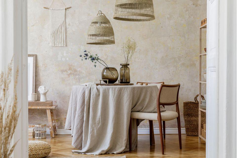 Esszimmer Deko: Esstisch mit Tischdecke und Blumenvasen