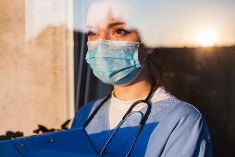 Mütend: Ärztin mit Maske