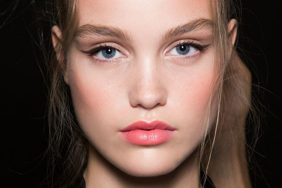 Brauner Eyeliner: So schminkt ihr den ultimativen Beauty-Trend für den Alltag