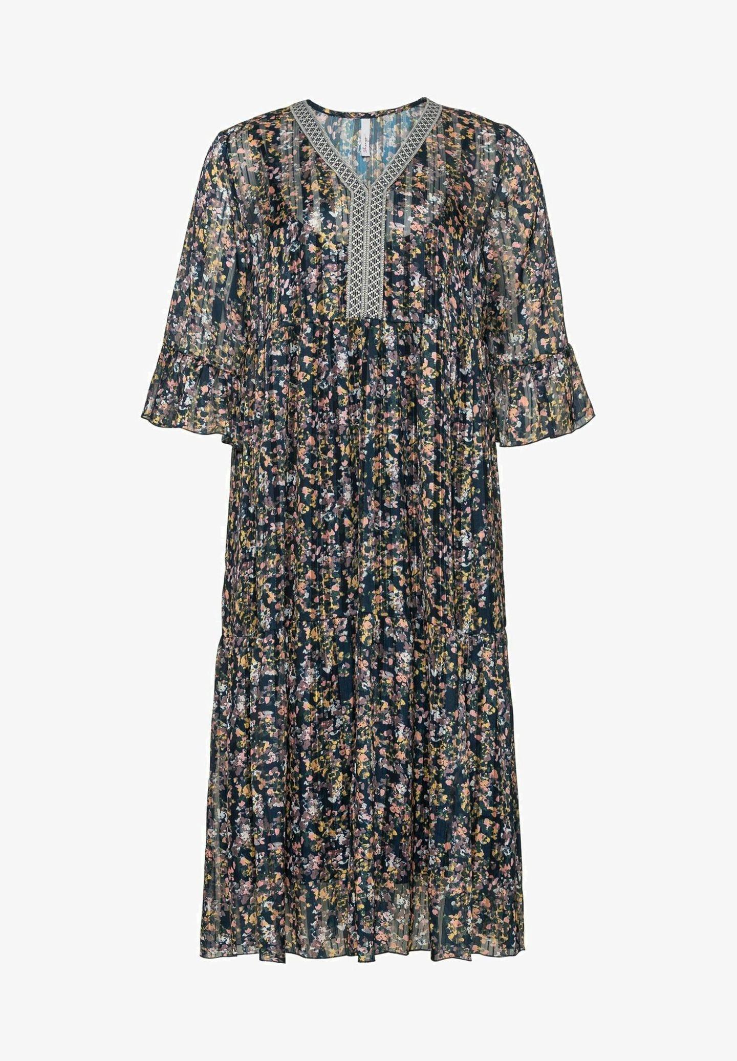 Hach, es geht doch nichts über verspielte Boho-Kleider! Ob zu sommerlichen Sandalen oder derben Boots, das Maxikleid bringt uns das ganze Jahr über Freude. Von Sheego, um die 90 Euro.