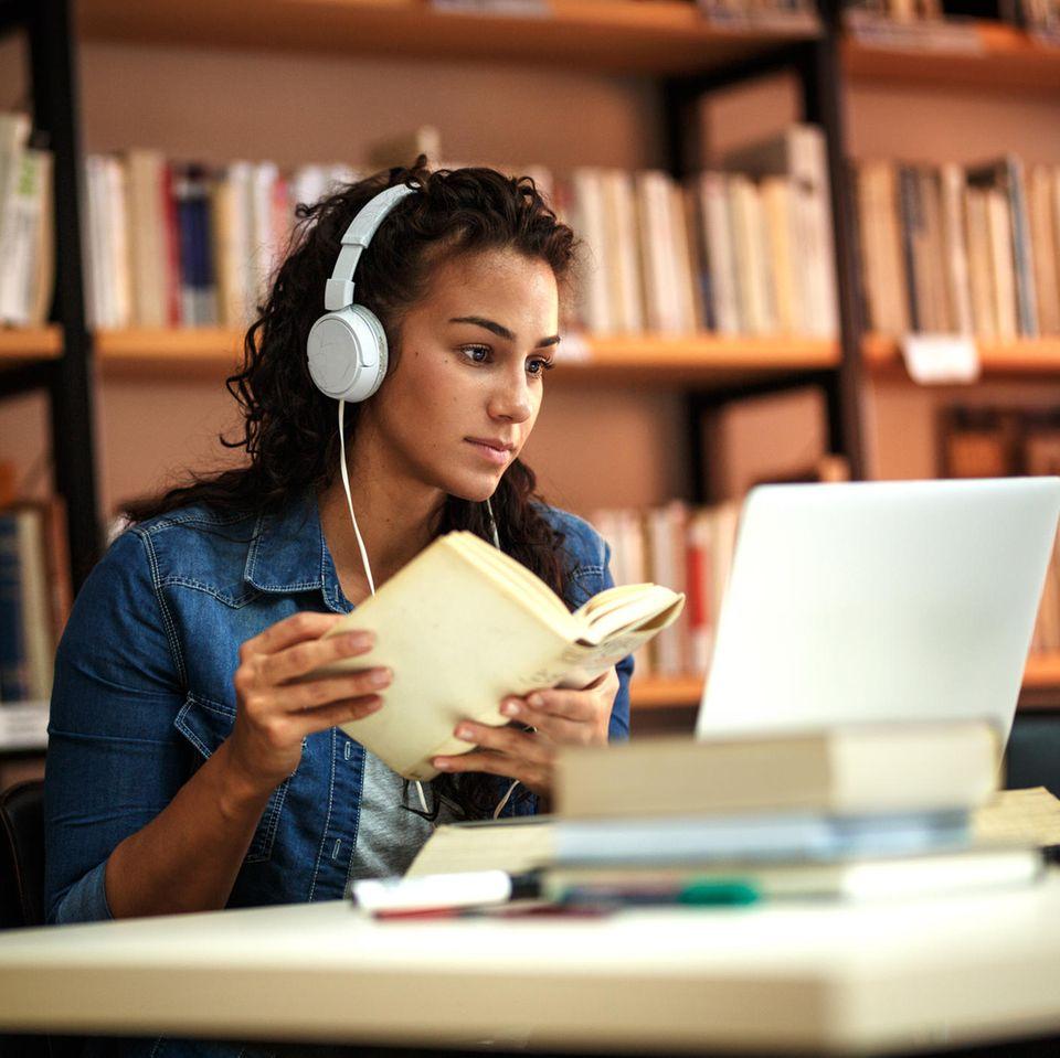 Emojis in der Hausarbeit?: Studentin in der Bibliothek