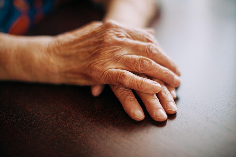 Erkenntnisse vorm Tod: Hände einer älteren Frau übereinandergelegt