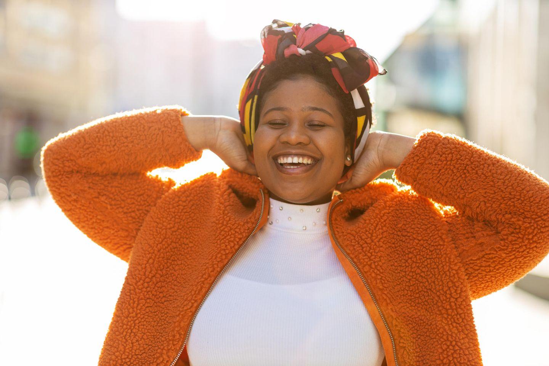 Horoskop: Eine sympathische, lachende Frau