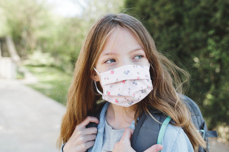 Corona aktuell: Mädchen mit Maske