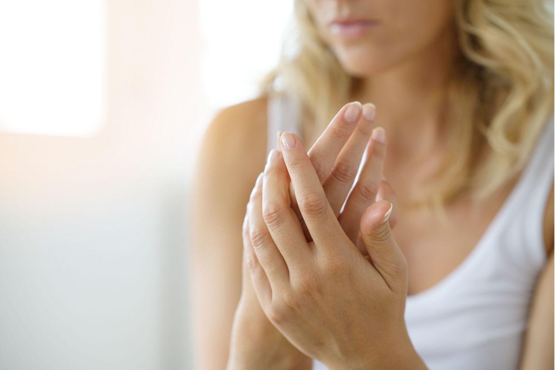Hände von blonder Frau