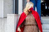 Königin Máxima schafft es, eine Kombi, die sonst fast zu sexy wäre, elegant aussehen zu lassen: Sie trägt ein leichtes Midi-Dress mit Leo-Muster, das an der Taille betont. Darüber hat sie sich einen knallroten Cape-Mantel (beides von Natan Couture) geworfen und ihre roten Pumps perfekt abgestimmt.
