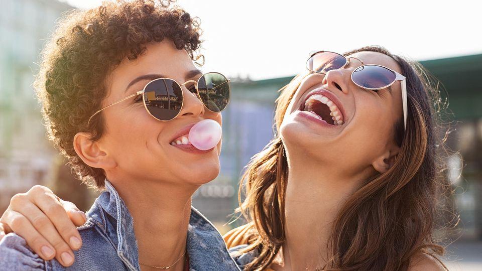 Horoskop: zwei fröhliche Frauen