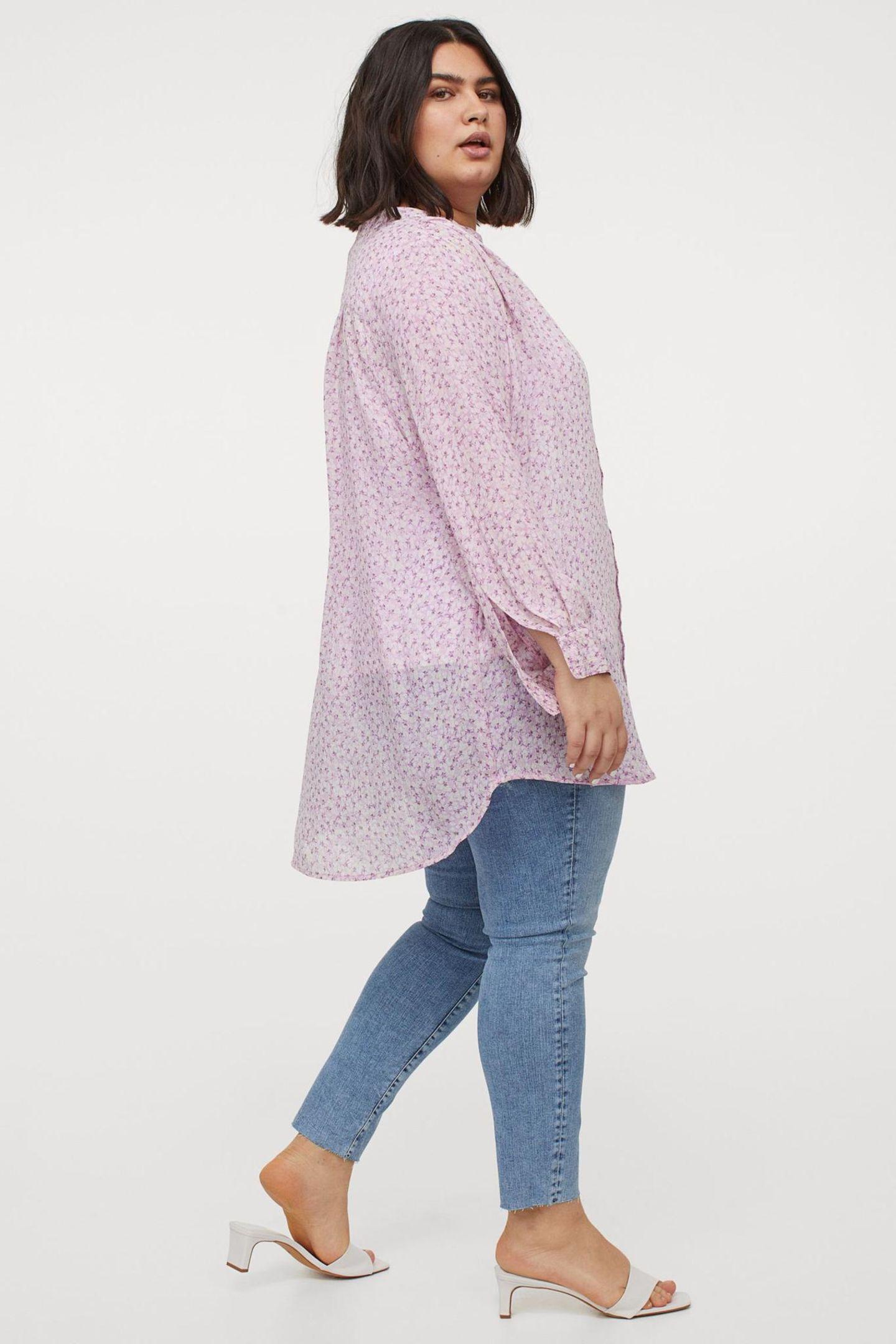 Blumen gehören zum Sommereinfach dazu. Umso schöner, dass indieser Bluse einweitererSummer-Favoritvereint wird: Pastell. In einem sanften Fliederton katapultiert sich dieses It-Piece ganz oben auf unsere Shoppingliste. Von H&M, kostet ca. 20 Euro.