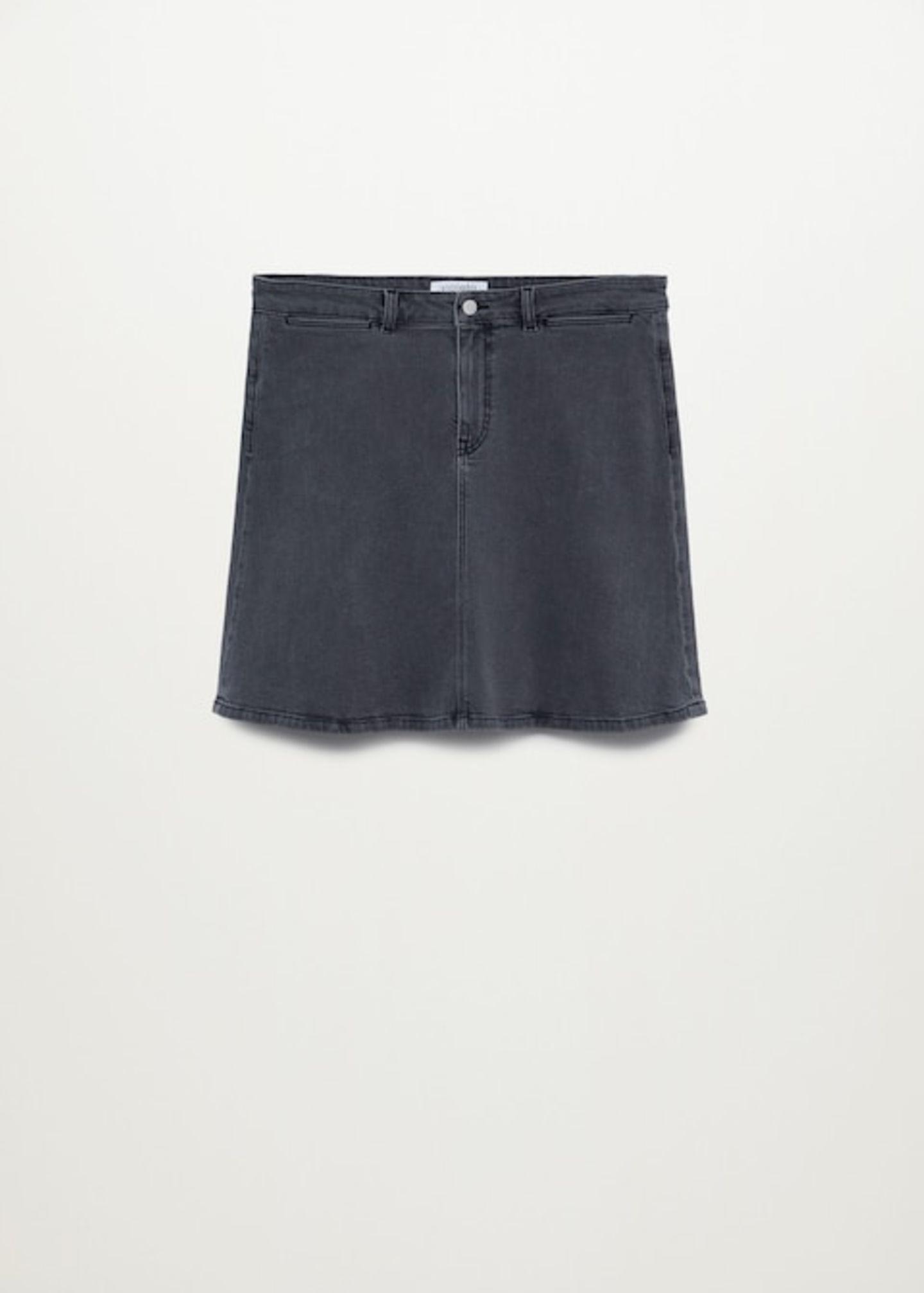 Ein Jeansrock gehört zur Grundausstattung. Warum? Weil er ein echter Allrounder ist und sowohl sportlich als auch elegant gestylt garantiert immer die richtige Wahl ist. Von Violeta by Mango, um 40 Euro.