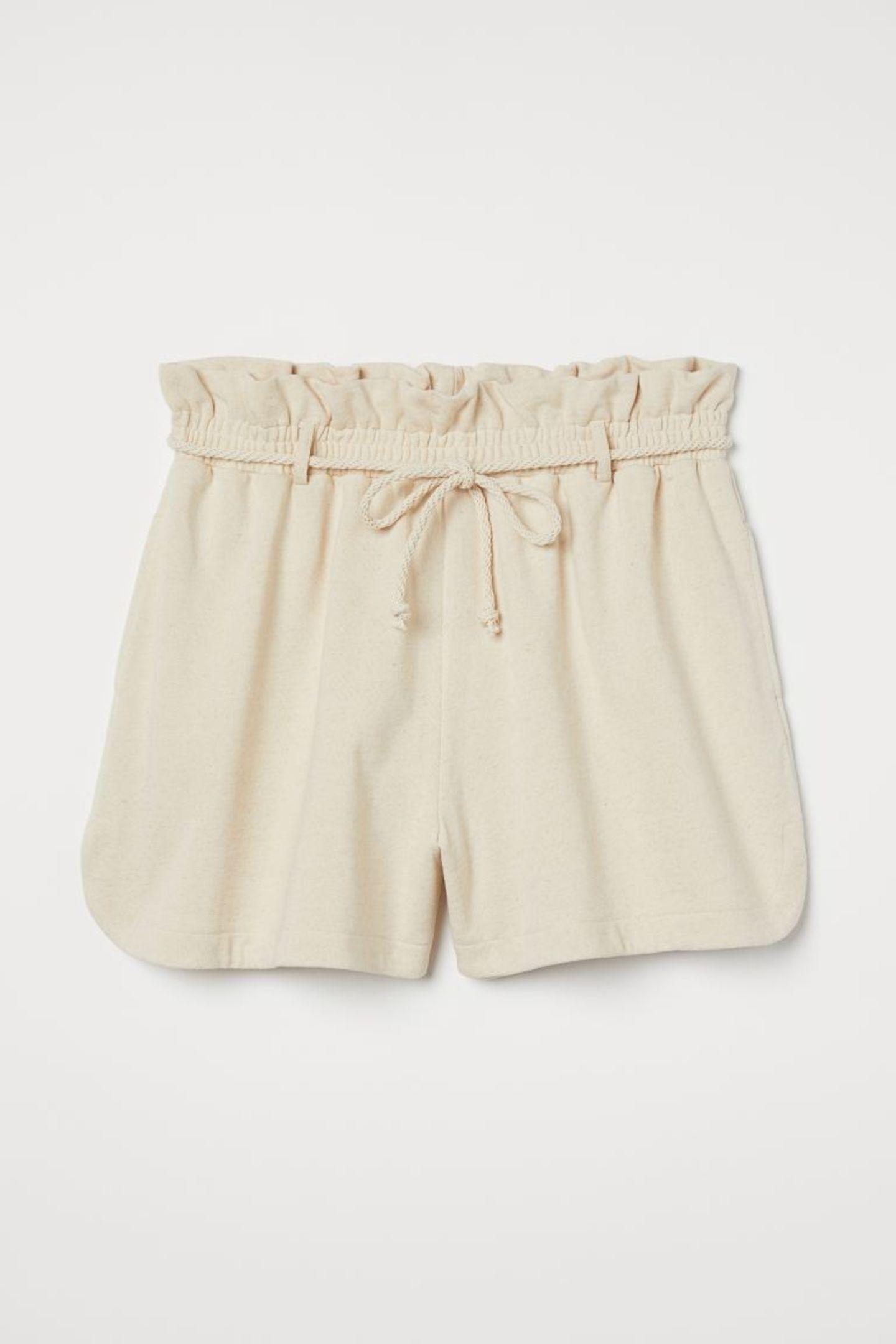 bei diesen Paperbag-Shorts vermisst keiner Rock oder Kleid. Super lässig für zuhause oder entspannt für draußen – dieses Teil ist echter Sommer-Favorit. Von H&M+, um 20 Euro.